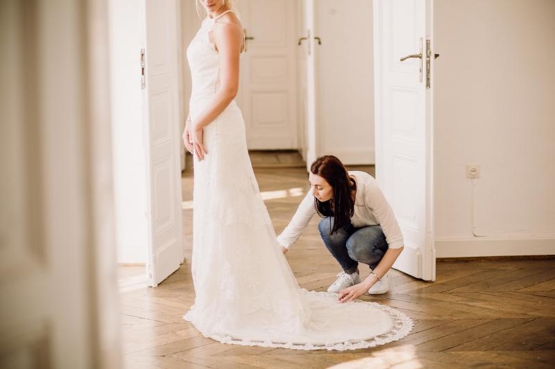 Weddingplaner bei der Arbeit Kleid